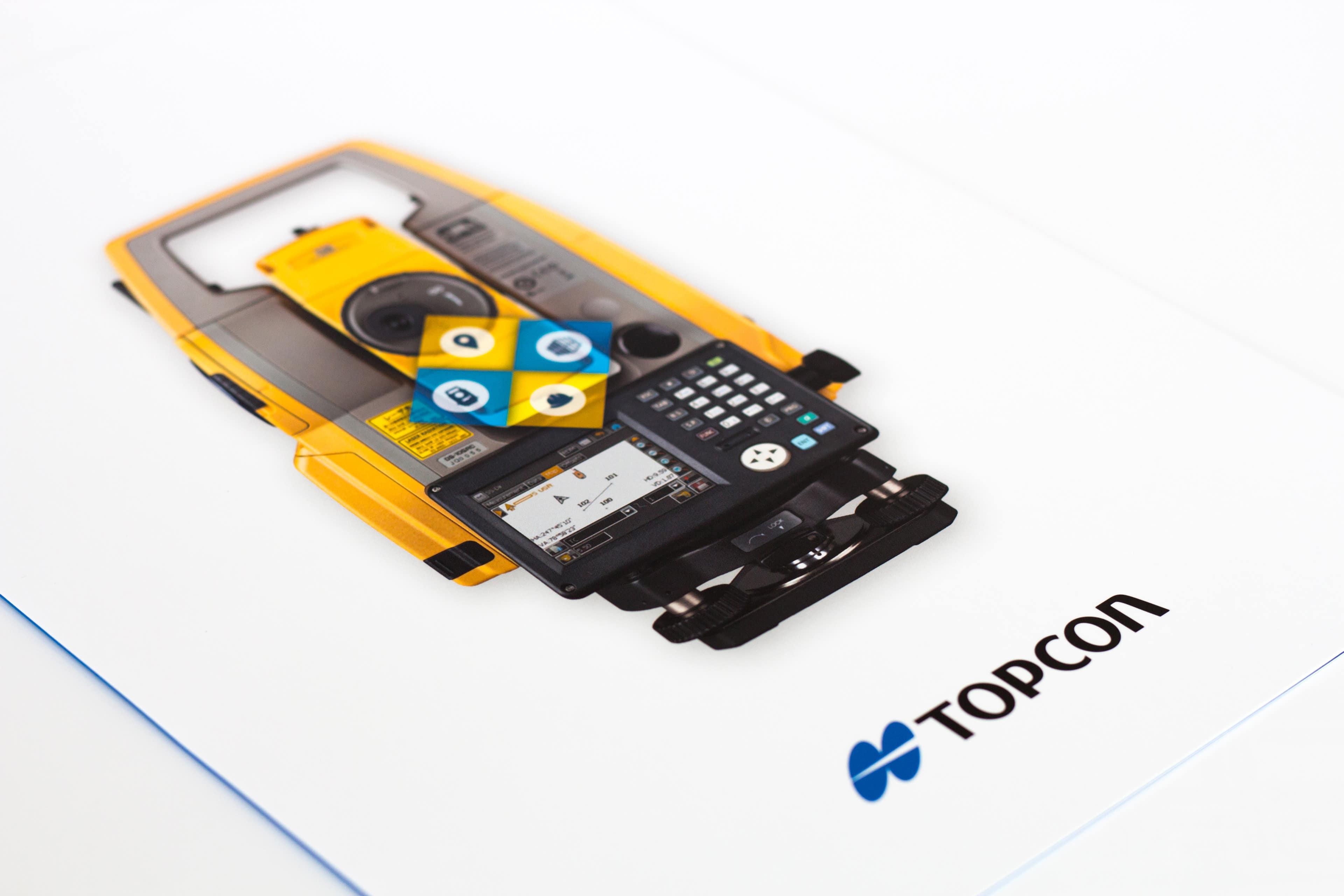 Couverture de pochette commerciale TOPCON montrant le nouveau produit